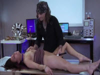Jeune brune atteint l'orgasme grâce à son maître