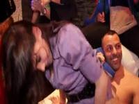 Jeunes ados Européennes s'amusent avec des stripteaseurs