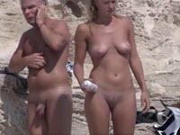 Belles filles espionnées sur une plage nudiste