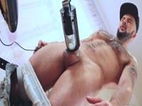 Gay pervers se masturbe avec un appareil