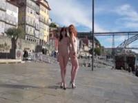 Jeny Smith et Vienna Love posent nues en public à différents endroits