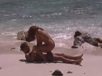Erika Bella baise sur une plage