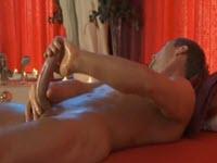 Il fait un auto massage de son corps pour bien démarrer sa journée