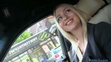 Lucy baise à l'arrière d'une voiture pour de l'argent